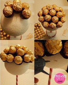 *Cuarta foto: En las ultimas dos vueltas de chocolates pon una gota de silicon justo en donde insertaste el palillo. Esto es para asegurar el chocolate y que la gravedad no cobre factura.