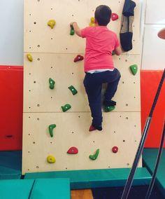 Βοηθάει τα παιδιά σε: - Ενδυνάμωση ώμων και κορμού - Ιδιοδεκτικά και αιθουσαία ερεθίσματα - Αδρή κίνηση  - Οπτικοκινητικό συντονισμό - Επίλυση προβλήματος - Συγκέντρωση