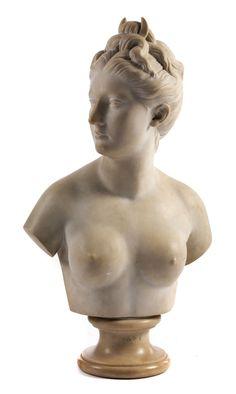 """Gesamthöhe: 80 cm. An der Rückseite signiert """"A. Senne, Carrara"""". In Carrara-Marmor. Im Akt wiedergegeben, das Haar hochgebunden, darin das Monddiadem...."""