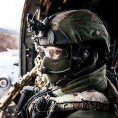 #Repost @milforum   #Repost @french_tactical  Opérateur du 1er RPIMa en concentration avant une descente en corde lisse. Operator of 1st RPIMa in concentration before à descent smooth rope. by militarytopics