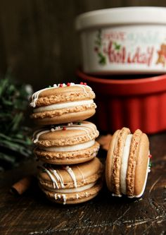 Gingerbread Macarons with White Chocolate Cream Cheese Frosting - Confessions of a Confectionista Macaron Flavors, Macaron Recipe, Christmas Desserts, Christmas Treats, Macaroons Christmas, Holiday Foods, Christmas Cookies, Holiday Baking, Christmas Baking