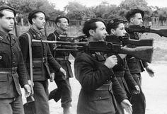 1944 Frankreich - Parade von Angehörigen der Milice Francaise mit geschultertem Maschinengewehr Hotchkiss