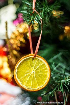 Portocale uscate - decoratiuni de Craciun ~ bucatar maniac Diy Christmas Ornaments, Christmas Time, Christmas Bulbs, Merry Christmas, Christmas Decorations, Xmas, Pallet Art, Christmas Paintings, Dear Santa