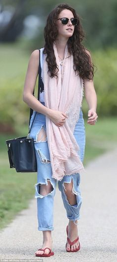 Kaya Scodelario wearing jeans she paid top dollar for and we were told to throw out or it was all we could afford. Who would have thought it would become a style? Kaya Rose Humphrey, Gossip Girl Fashion, Kaya Scodelario, Chuck Bass, Taylor Momsen, Actress Christina, Best Jeans, Cara Delevingne, Christina Hendricks