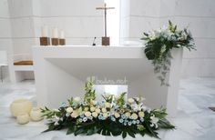 Ideas para decorar la iglesia con flores Ideas for floral designs of the altar Altar Decorations, Flower Decorations, Wedding Decorations, Church Wedding Flowers, Altar Flowers, Condolence Flowers, Large Flower Arrangements, Wedding Altars, Floral Designs