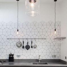 black & white │ Scandinavische patroontegels in de keuken, love it! #blackandwhite #interior #interieur #zwartwit #interiordesign #interieurinspiratie