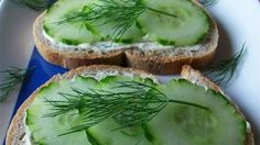 Cucumber sandwiches - with the awesome italian dressing spread Jessica made! Also - mix ranch packet with cream cheese for turkey sandwiches Tee Sandwiches, Cucumber Sandwiches, Finger Sandwiches, Cucumber Snack, Cucumber Rolls, Sloppy Joe, Quesadillas, Tapas, Roast Beef Sandwich