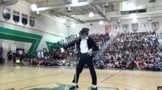 Estudiante sorprende al bailar como Michael Jackson [VIDEO]