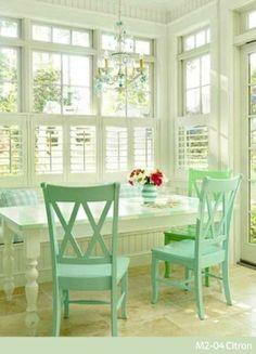 ¿Y si pintamos las sillas de verde menta para renovar el comedor? ¡Hazlo! solo con Comex.