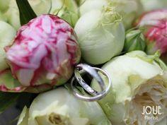 Rustikální pivoňková svatba na statku, polštářek na prstýnky z pivoněk v detailu
