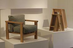 Cavalete para mesas e poltrona, também da Ishinomaki Laboratory