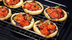 Tartelettes à la tapenade, tomates rôties au miel et ail frais