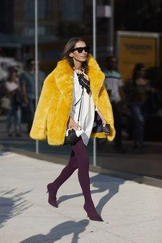 Qu'ont porté les fashionistas sur les pavés de New York ? Découvrez-le en images avec notre streetstyle ! Focus : veste en fourrure jaune, chemise blanche et collants bordeaux