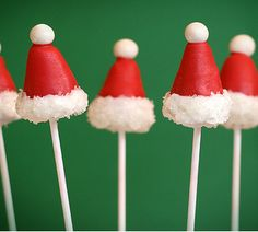 Santa Hat Cake Pops - Winter, Christmas, and Holiday Parties! trac you could do lil penguins Christmas Cake Pops, Christmas Snacks, Christmas Love, Christmas Goodies, Christmas Baking, Christmas Holidays, Christmas Apps, Christmas Truffles, Merry Christmas