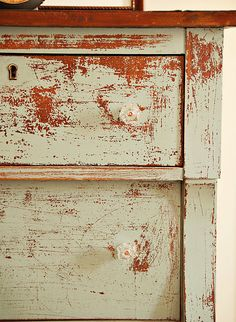 Love this DIY distressed dresser idea for kids rooms! Check out the before and after...