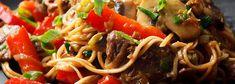 Makaron chow mein z wołowiną Chow Mein, Chow Chow, Wok, Beef, Recipes, Pickling, Meat, Rezepte, Ox