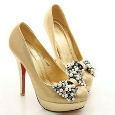 zapato de color dorado y decorado con un lazo de abalorios