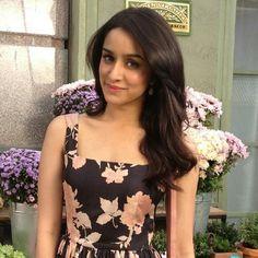 HD Wallpaper of Shraddha Bollywood Photos, Bollywood Fashion, Prettiest Actresses, Beautiful Actresses, Shraddha Kapoor Cute, Shraddha Kapoor Instagram, Sraddha Kapoor, Beautiful Bollywood Actress, Queen