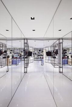 22/10/2015 - A pochi passi dalla boutique recentemente inaugurata in Piazza di Spagna a Roma, Chanelha aperto, lo scorso 10 settembre, una Bouti