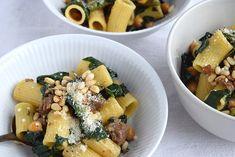En pasta med masser af smag, krydret italiensk pølse og grønne grøntsager. Pastaen kan serveres som en dejlig hverdags-aftensmad, men den er absolut også velegnet til at servere for gæster i weeken…