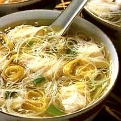 De Kooktips - Kippensoep - Chinese Lekker, makkelijk. Kip niet zo lang koken. ongeveer 10 a 15 minuten is voldoende Pasta Recipes, Soup Recipes, Chicken Recipes, Cooking Recipes, Easy Healthy Recipes, Easy Meals, Dutch Recipes, Indonesian Food, Soup And Salad
