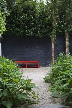 City garden with gravel — Bart & Pieter garden inspiration Brick Wall Gardens, Brick Garden, Gravel Garden, Garden Walls, Black Garden Fence, Black Fence, Red Bench, Painted Brick Walls, House Paint Color Combination