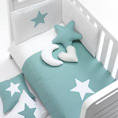 Textil y ropa de cuna infantil verde agua Mare Alondra Baby Crib Bedding Sets, Baby Bassinet, Baby Bedroom, Baby Boy Rooms, Baby Cribs, Baby Doll Accessories, Baby Quilt Patterns, Baby Decor, Cool Baby Stuff