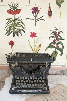 Vintage typewriter  Underwood typewriter  Old typewriter