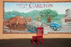 Red visits Carlton, Oregon, with the hosts of R R Thompson House Bed and Breakfast #redchairtravels #redchairinoregon #oregonbedandbreakfastguild