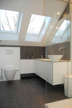 herrliches Badezimmer- auf dem Dachboden  weiße Badezimmermöbel  dunkle Fliesen Eleganz