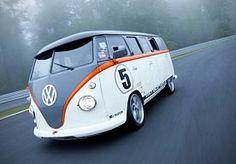 25-May-2015 13:18 - DIT OMGEBOUWDE VOLKSWAGEN BUSJE IS EEN WAAR RACEMONSTER. Ook al bestaan ze al decennia, de Volkswagen busjes blijven hun aantrekkingskracht hebben op oude en nieuwe generaties. Na de schitterende verlengde VW Microbus Limousine is er nu ook de FB1 Racetaxi, die dankzij een Porsche-motor met 523 PK hoge snelheden kan behalen.