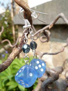 """Boucles d'oreille """"Fabularium"""" avec dés à jouer 6 faces bleu gris et perles de Bohème gris bleuté : Boucles d'oreille par acherontia"""