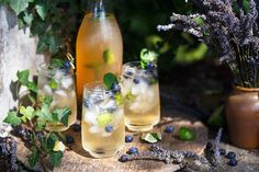 Herb-infused cocktails are a healthy libation choice for summer. Cocktails Vin, Vodka Drinks, Summer Cocktails, Alcoholic Drinks, Gin Fizz, Tequila Sunrise, Triple Sec, Kombucha, Holistic Wellness