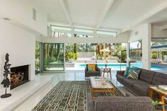 William Krisel-designed midcentury modern property in Palm Springs, California, USA Nice use of structure for space and function, as well as glass to lift view to roof, extending ceiling lines and detail to exterior furthers the idea. Mid Century Modern Living Room, Mid Century House, Modern House Design, Modern Interior Design, Midcentury Modern House Plans, Palm Springs Interior Design, Modern Condo, Palm Springs Häuser, Palm Springs Style