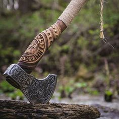 Swords And Daggers, Knives And Swords, Vikings, Throwing Axe, Axe Handle, Viking Axe, Battle Axe, Medieval Weapons, Cool Knives