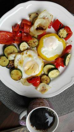 Gegrilltes Gemüse mit Spiegelei Caprese Salad, Food, Grilled Vegetables, Crickets, Meal, Essen, Hoods, Meals, Insalata Caprese