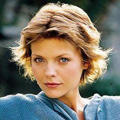 Michelle Pfeiffer's blonde hair is cut in a short, layered, choppy hairstyle. Hair is parted in the middle in this casual look. Michelle Pfeiffer, Timeless Beauty, Classic Beauty, Star Hair, Star Makeup, Actrices Hollywood, Portraits, Celebs, Celebrities