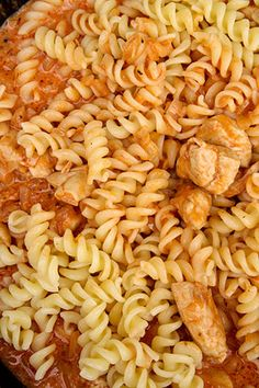 PASTE CU PIEPT DE PUI SI SOS DE CEAPA | Diva in bucatarie Romanian Food, Pasta Salad, Carne, Food And Drink, Ethnic Recipes, Mariana, Crab Pasta Salad