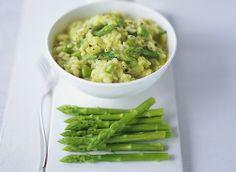 Les ingrédients pour faire la recette du risotto aux asperges : des asperges vertes, du riz spécial risotto, un oignon, du beurre, du Parmesan, du bouillon de volaille, du vin blanc et de l'huile d'olive.