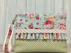 Neceser floral con puntilla y bajo en verde topos Sewing Caddy, Sewing Art, Patchwork Bags, Quilted Bag, Fabric Bags, Fabric Scraps, Pochette Portable Couture, Diy Bags Jeans, Coin Purse Tutorial