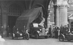 1 Het hoge schuttersstuk van de schilder J.A. Backer wordt op een glasauto onder de poort van het Rijksmuseum gereed gemaakt voor transport naar Medemblik, september 1939 (Foto Rijksmuseum, Amsterdam).