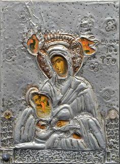 Ícone representando Nossa Senhora do Leite, pintado sobre madeira. Oklad em metal prateado. Sobre o