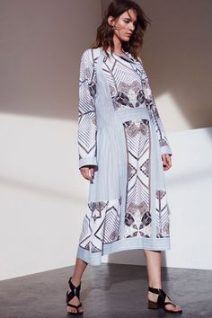 Sfilata BCBG Max Azria New York - Pre-collezioni Primavera Estate 2017 - Vogue Unique Fashion, Fashion Wear, Colorful Fashion, Fashion 2017, Fashion Brands, Fashion Show, Fashion Design, Max Azria, Couture Mode