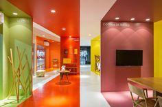 Construído na 2017 na Brasília, Brasil. Imagens do Haruo Mikami. . A Loja COR está localizada em uma garagem no subsolo de um centro de compras em Brasília. O cliente nos solicitou o projeto para um espaço comercial...