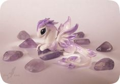 Little brave dragon on a treasure guard (: Polymer clay, handsculpted, no molds were used. The stone in her paws: amethyst.It's a small sculpture, . Little amethyst dragoness Polymer Clay Kawaii, Polymer Clay Dragon, Polymer Clay Figures, Polymer Clay Animals, Polymer Clay Charms, Polymer Clay Projects, Polymer Clay Creations, Polymer Clay Art, Clay Crafts