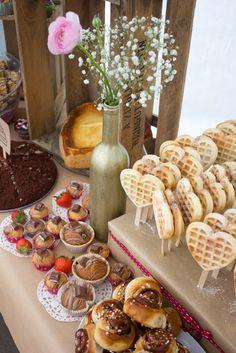 Süße Bar für eine Hochzeit mit Herzwaffeln