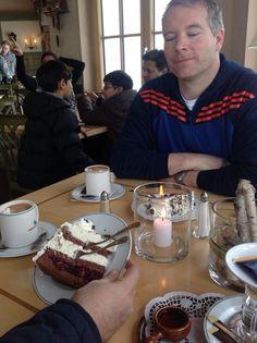 Comiendo torta Selva Negra en la Selva Negra Alemana
