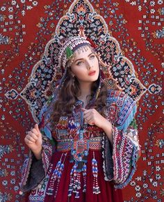 A masterpiece by photographer and dear friend 📷 One of the most fabulous dresses from the Kuchi people of Afghanistan. Traditional Fashion, Traditional Dresses, Traditional Iranian Clothing, Afghanistan Culture, Afghani Clothes, Kaftan, Idda Van Munster, Afghan Wedding, Afghan Girl