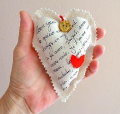Coração em algodão cru com botões antigos de coleção