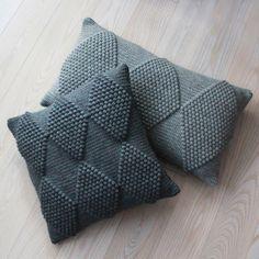 Opskrifter til salg :D (Lutter Idyl) Bobble stitch harlekin pattern Learn the rudiments of how to cr Crochet Design, Crochet Diy, Crochet Home, Ravelry Crochet, Crochet Pillow Pattern, Knit Pillow, Crochet Stitches, Cushion Pillow, Pillow Patterns